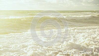 Le soleil lumineux illumine les vagues de la tempête banque de vidéos