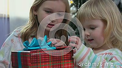 Le suore ricevono un dono la mattina di Natale stock footage