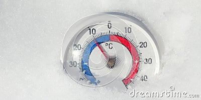 Le thermomètre extérieur dans la neige montre la température décroissante - concept froid de changement de temps d'hiver banque de vidéos