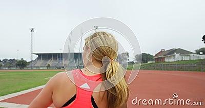 Le tir de pratique d'athlète féminin a mis le jet à la rencontre sportive 4k banque de vidéos
