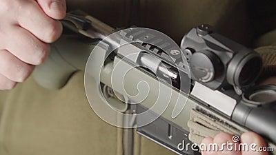 Le tireur charge le fusil, envoie la cartouche à la chambre banque de vidéos