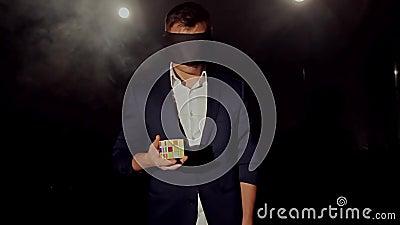 Le tour avec le cube en ` s de Rubik banque de vidéos