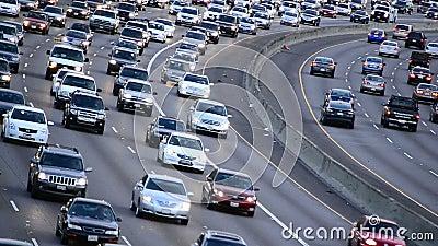 Le trafic de jour d'heure de pointe sur l'autoroute occupée à Los Angeles