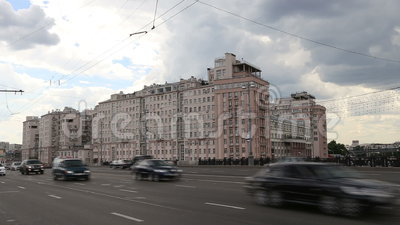 Le trafic quotidien sur les rues au centre de Moscou, Russie banque de vidéos