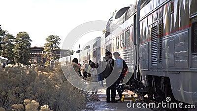 Le train entrant dans le parc national c?l?bre de Grand Canyon banque de vidéos
