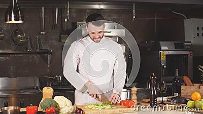 Le visage commercial de l'homme cuisinier regardant droit à la caméra clips vidéos