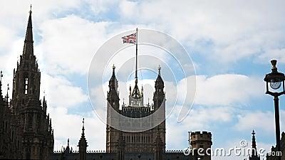 Le vol de cric des syndicats au-dessus de la maison du parlement de Westminster à Londres banque de vidéos