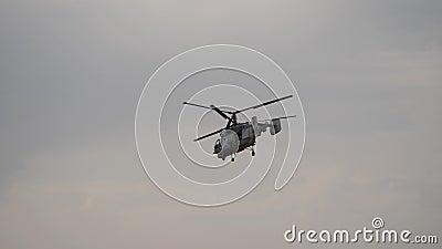 Le vol de l'hélicoptère avec deux vis Circulation à travers les appareils aériens pour les vols banque de vidéos