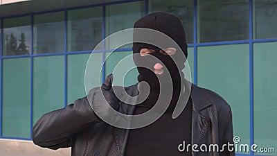 Le voleur ou le voleur criminel d'homme dans le masque montre le pouce  clips vidéos