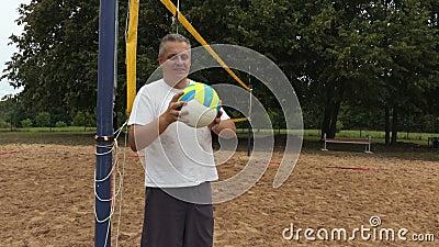 Le volleybollspelaren på volleybollen netto arkivfilmer