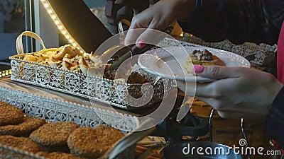 Lebensmittelbuffet in einem Luxushotel Nehmen von Pl?tzchen stock video footage