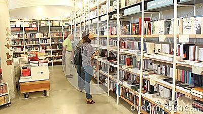 Lecteurs dans la bibliothèque banque de vidéos