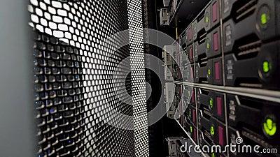 Lecteurs de disques durs dans le datacenter Disque dur SATA La vidéo contient du bruit Ouvrir le rack du serveur de porte banque de vidéos