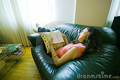 Lectura de la muchacha en el sofá