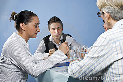 Lectura del grupo de personas en la reunión de negocios
