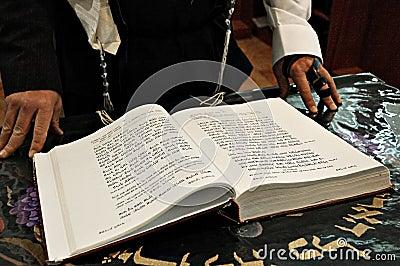Lectura en un libro de rezo