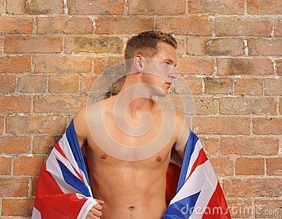 Lederfarbener junger Kerl mit Union Jack Großbritannien oder GB-Markierungsfahne