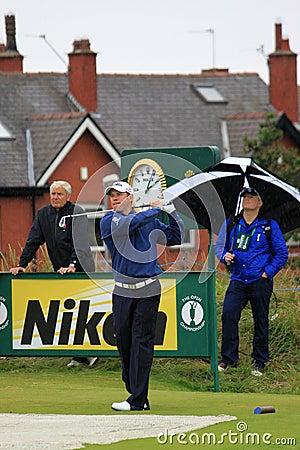 Lee Westwood en la 9na te, golf abierto 2012 Foto editorial