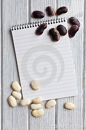 Leeg receptenboek met bonen