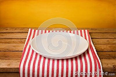 Leere Platte auf Tischdecke