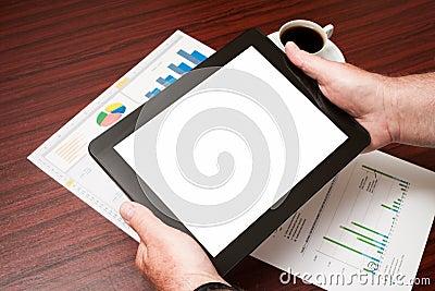 Leere Tablette und ein Tasse Kaffee im Büro