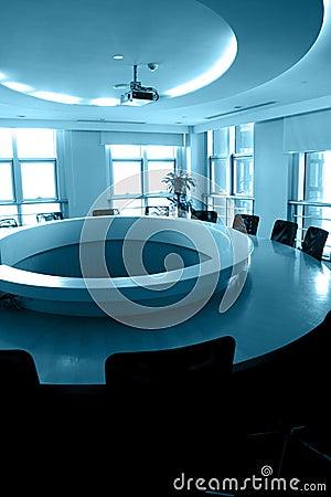 Leerer Sitzungssaal mit runder Tabelle