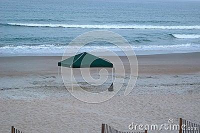 Leeres Kabinendach auf dem Strand