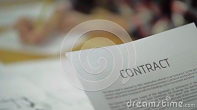 Lees Bedrijfscontract, Wederzijdse Overeenkomst, binnen stock video