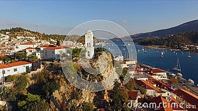 Legde het landschaps Griekse Eiland Poros in het midden van het Middellandse-Zeegebied, met vogel` een s-oog mening, luchtvideo d stock footage