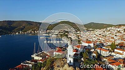 Legde het landschaps Griekse Eiland Poros in het midden van het Middellandse-Zeegebied, met vogel` een s-oog mening, luchtvideo d stock videobeelden