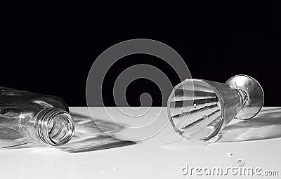 Lege fles en het ten val brengen van drank-glas