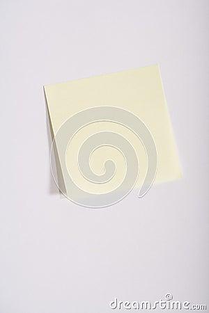 Lege gele kleverige nota