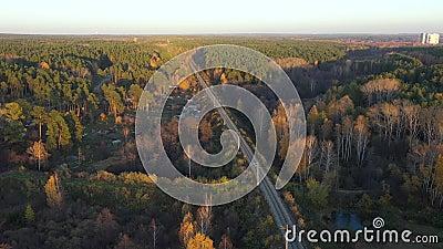 Lege rechte spoorwegen op de zomerzonnige dag in de Oeral in Rusland, eindeloze spoorweg zonder trein - stock videobeelden