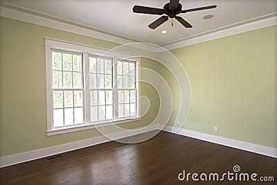 Lege slaapkamer met vensters