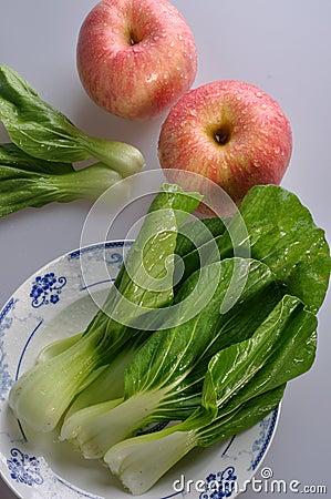 Legumes frescos e maçãs vermelhas