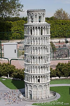 Lehnender Kontrollturm von Pisa in Miniitalien parken Redaktionelles Stockbild