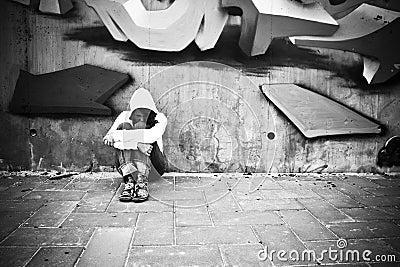 Leidendes Mädchen auf Wand