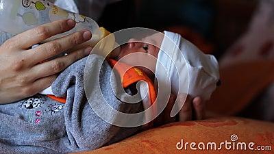Leite de sugação recém-nascido da garrafa video estoque