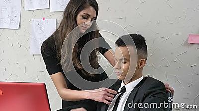 Frau berührt hals flirt
