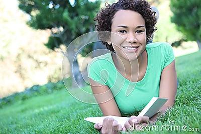 Leitura da mulher do americano consideravelmente africano