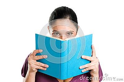 Leitura e esconder atrás de um livro