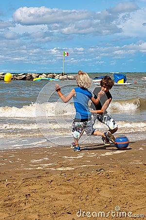 Leka fotboll på stranden