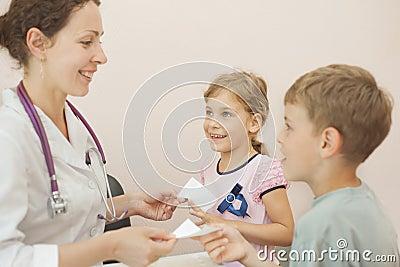 Lekarka daje przepisowi dla dziewczyny i chłopiec