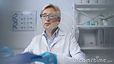 Lekarz badający płuca z stetoskopem, przepisujący leki, punkt widzenia zbiory