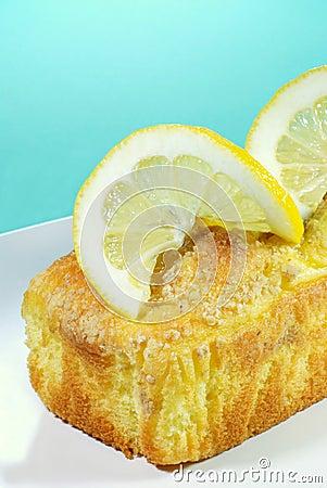 Lemon pound cake with lemon slices