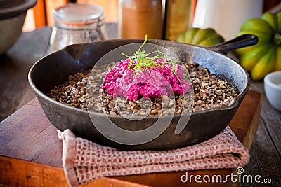 Lentejas y plato del arroz con la ensalada de la remolocha