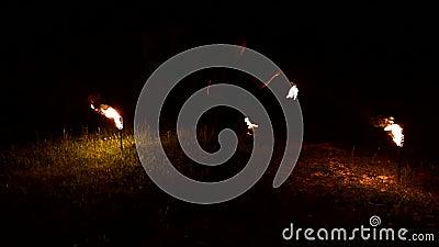 Lento momento del hombre en la oscuridad gira en torno a la bola ardiente. Tecla baja Salón de bomberos Cierre almacen de video