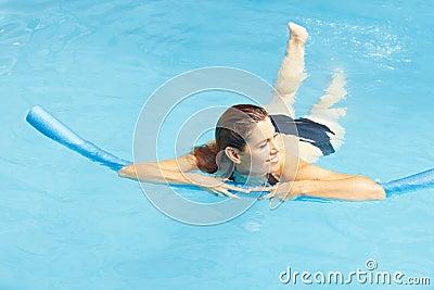 Leren die van de vrouw zwemt met zwemt