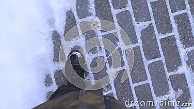 Les étapes sur la neige, le gel fait un pas par la neige, hiver froid, marchant sur la neige banque de vidéos