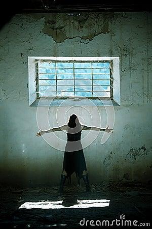 Les bras ont élevé la fille gothique